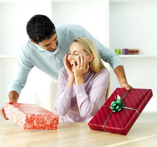 Мужчина дарит женщине подарки