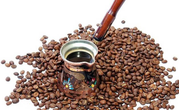 Турка с кофе и зёрна