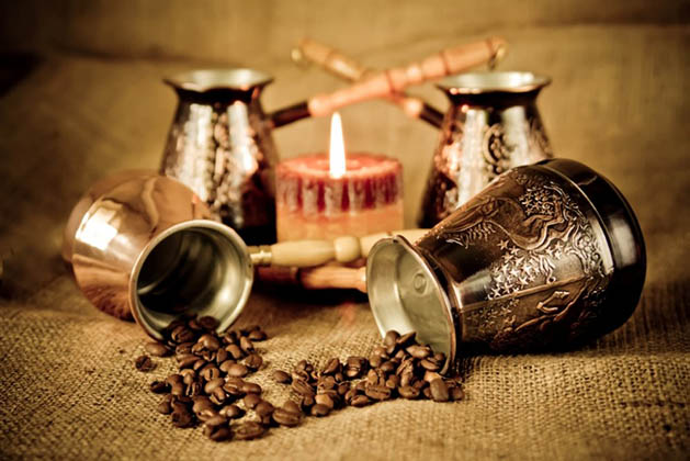 4 турки, горящая свеча и зёрна кофе